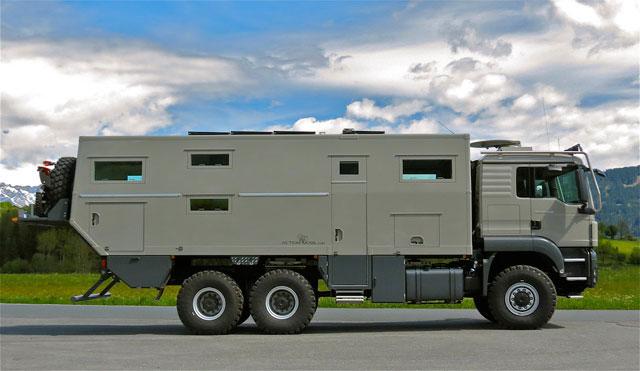 装甲車的なキャンピングカー