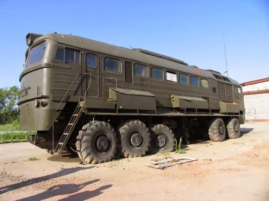 軍用的なキャンピングカー